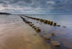 Orilla de Sandy del mar Báltico y del torpedownia cerca de Gdynia fotos de archivo