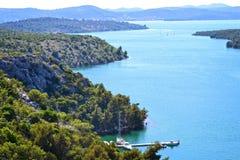Orilla de una orilla azul en Croacia Imágenes de archivo libres de regalías