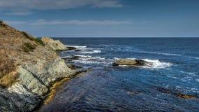 Orilla del acantilado por el mar imagen de archivo