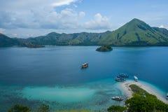 Orilla del agua de Flores cerca de Labuan Bajo en Indonesia fotos de archivo libres de regalías
