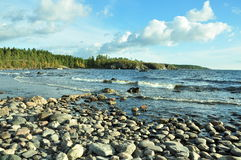 Orilla del agua del lago ladoga Imagenes de archivo
