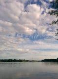 Orilla del agua nublada Fotografía de archivo