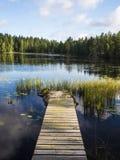 Orilla del lago asombrosa Pier View - Lusi, Finlandia Foto de archivo libre de regalías