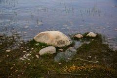 Orilla del lago azul imagen de archivo libre de regalías