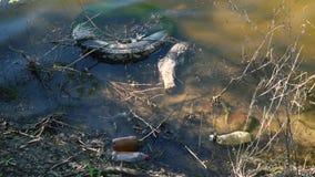 Orilla del lago con basura en el agua almacen de video
