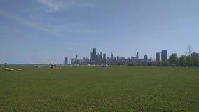 Orilla del lago de Chicago en la ruta verde de Fullerton con la opinión del horizonte almacen de metraje de vídeo