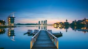 Orilla del lago de Putrajaya del pullman durante salida del sol Fotos de archivo libres de regalías