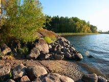 Orilla del lago del lago ladoga en luz de la puesta del sol Fotografía de archivo