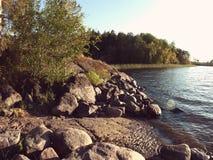 Orilla del lago del lago ladoga en luz de la puesta del sol con el filtro del estilo de Instagram Imagen de archivo libre de regalías