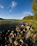 Orilla del lago del lago ladoga en puesta del sol Fotos de archivo libres de regalías