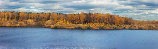 Orilla del lago del otoño panorámica Fotos de archivo libres de regalías