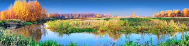 Orilla del lago del otoño panorámica Imágenes de archivo libres de regalías