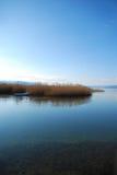 Orilla del lago del silencio Foto de archivo libre de regalías