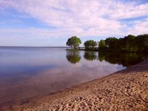 Orilla del lago en el verano fotografía de archivo libre de regalías