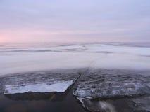 Orilla del lago en invierno Foto de archivo libre de regalías