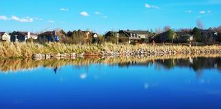 Orilla del lago escénica en áreas residenciales fotos de archivo