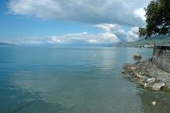 Orilla del lago Geneve en el La Viaje-de-Peilz en Suiza Imagen de archivo