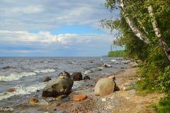 Orilla del lago onega en Karelia fotografía de archivo