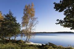 Orilla del lago otoñal Fotos de archivo
