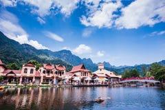 Orilla del lago por la montaña Fotografía de archivo