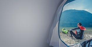 Orilla del lago que acampa con el kajak fotos de archivo libres de regalías