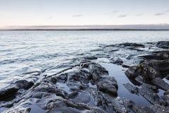 Orilla del lago rocosa Fotografía de archivo