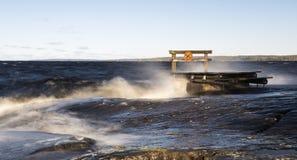 Orilla del lago ventosa imágenes de archivo libres de regalías