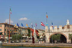 Orilla del lago y banderas en Lazise en el lago Garda Italia imágenes de archivo libres de regalías