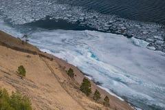 Orilla del lago y masa de hielo flotante de hielo congelada Imagen de archivo libre de regalías