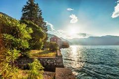 Orilla del mar con el mar y la montaña Foto de archivo libre de regalías