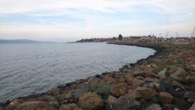 Orilla del mar con las piedras Imágenes de archivo libres de regalías