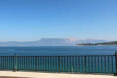 Orilla del mar, Corfú, Grecia Fotos de archivo libres de regalías