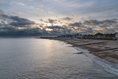 Orilla del mar de Felixstowe con el cielo nublado hermoso imagenes de archivo