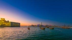 Orilla del mar de la bah?a de Doha almacen de metraje de vídeo