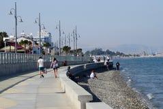 Orilla del mar de Larnaca con las palmeras, los peatones y la playa, Chipre Imagen de archivo