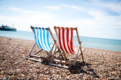 Orilla del mar de las sillas de cubierta Fotos de archivo libres de regalías