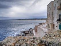 Orilla del mar de Monopoli. Apulia. imagenes de archivo