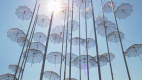 Orilla del mar de Salónica con los paraguas instalación, Grecia almacen de metraje de vídeo
