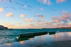 Orilla del mar del granito con la reflexión de nubes en la puesta del sol Fotos de archivo libres de regalías