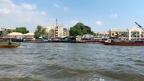 Orilla del mar soleada de Bangkok con pocos barcos coloridos almacen de metraje de vídeo
