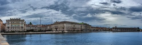 Orilla del mar y puerto en Trieste, Italia imágenes de archivo libres de regalías