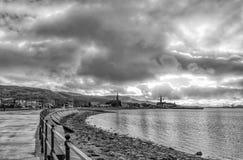 Orilla del mar y sur de Largs en la ciudad en negro y blanco Fotos de archivo