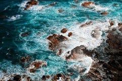 Orilla del océano con las rocas Fotografía de archivo libre de regalías