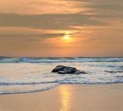 Orilla del océano en la puesta del sol Imágenes de archivo libres de regalías