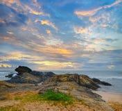 Orilla del océano en la puesta del sol Fotografía de archivo
