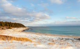 Orilla del océano en un día de invierno fotos de archivo