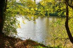 Orilla del río canalizada A de Autumn Countryside View Of imágenes de archivo libres de regalías