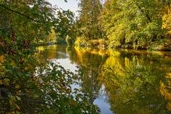 Orilla del río canalizada A de Autumn Countryside View Of imagenes de archivo