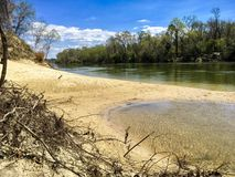 Orilla del río con la playa Foto de archivo