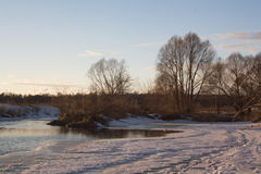 Orilla del río de la tarde Fotos de archivo